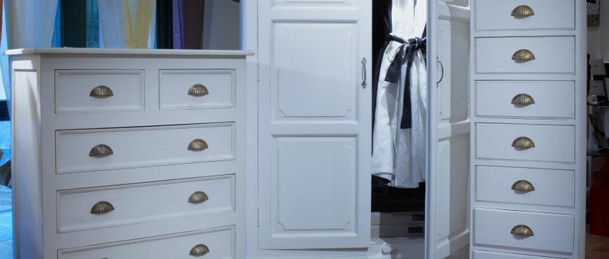 Arredamento shabby chic e mobili bianchi decapati stile for Cassettiere shabby