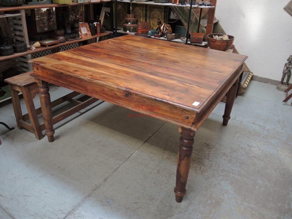 Tavolo quadrato in legno massello legno di sheesaam for Tavoli etnici allungabili