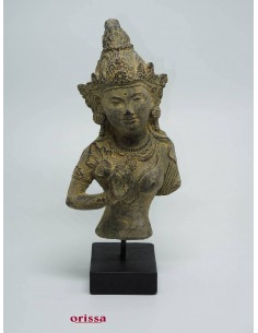 Statua Dewi Tara su piedistallo
