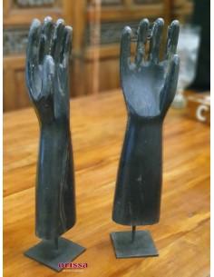 Mano destra in legno con piedistallo