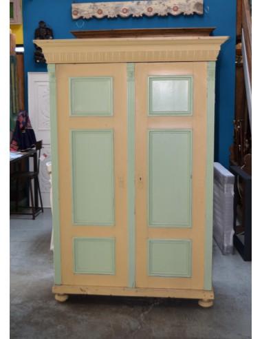 Armadio vintage colore panna e verde
