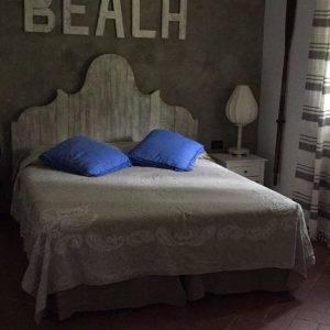 Testiera del letto realizzata con assi recycled
