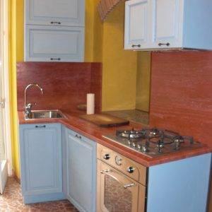 Cucina moderna realizzata con ante in legno massello e colorate a mano