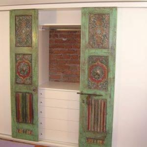 Nicchia con porte vecchie di un portale indiano