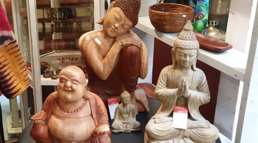 statue buddha in legno e pietra