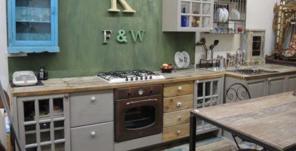 Cucina con antine in legno massello colorate