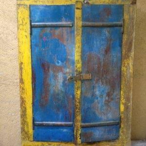 Vecchia finestrella incassata nel muro e colorata