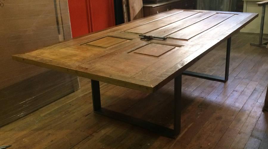 tavolo con vecchie porte in teak